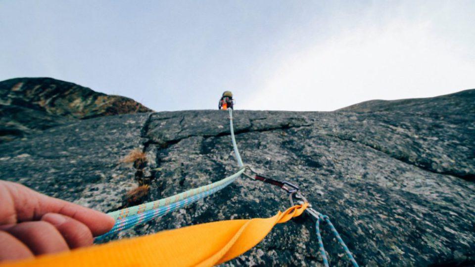 Klimkabel op stenen berg