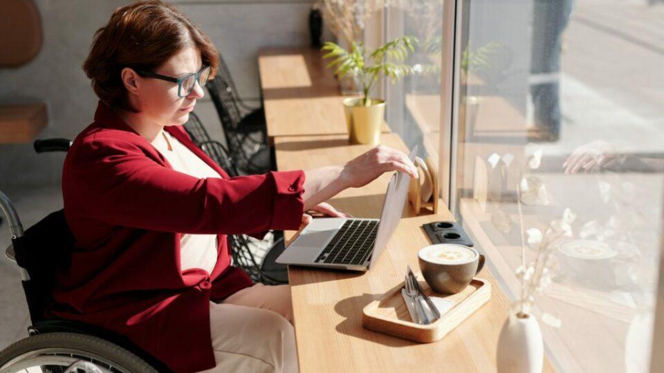 Foto van een vrouw die gebruik maakt van een laptop